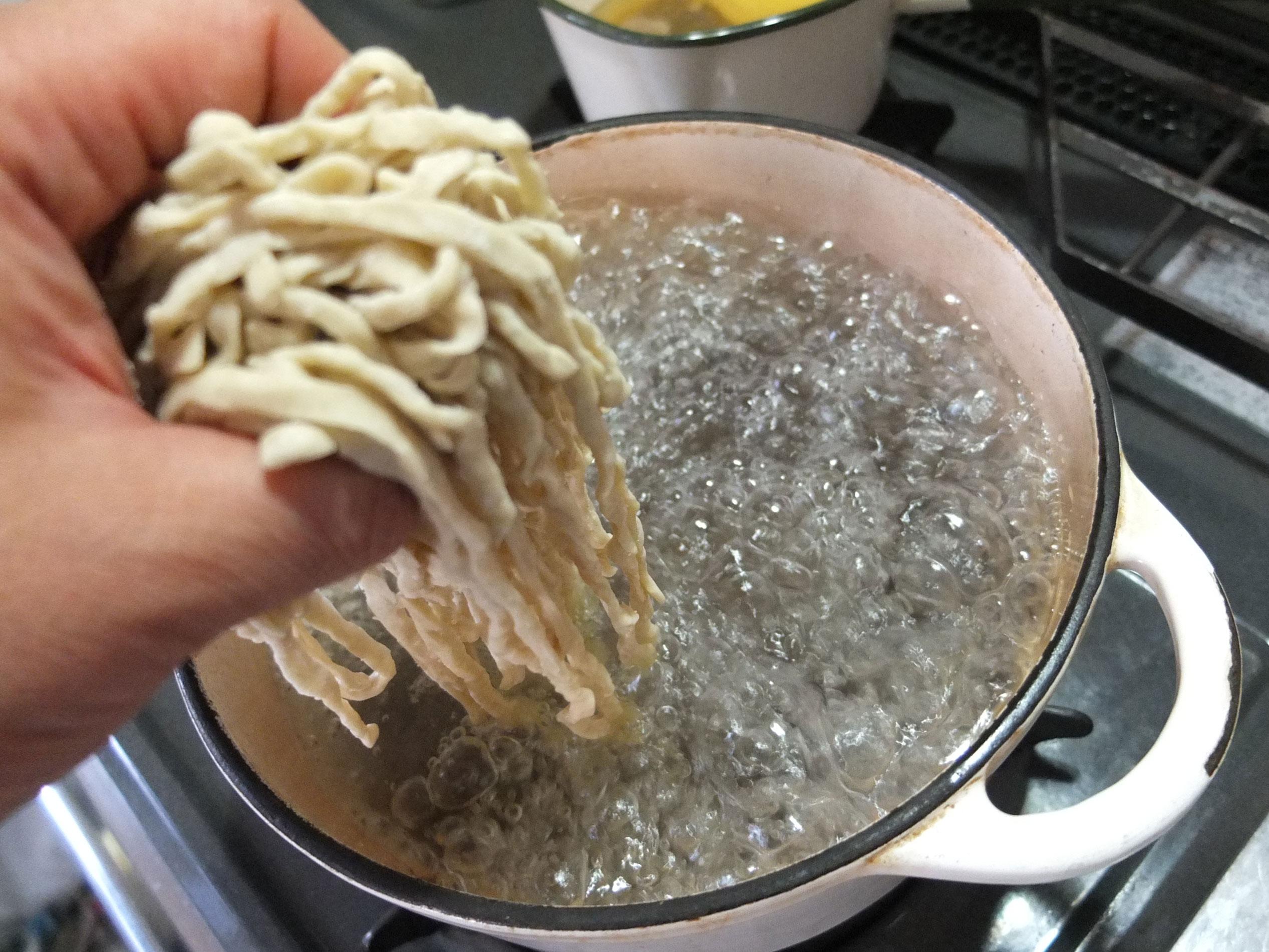 大きな鍋で麺をゆでます。